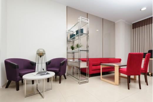 Regał jako ścianka działowa sposobem na aranżację w mieszkaniu i biurze
