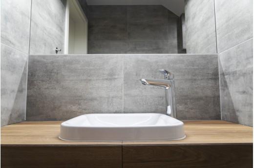Biało-szara łazienka z drewnem - jakie meble wybrać?