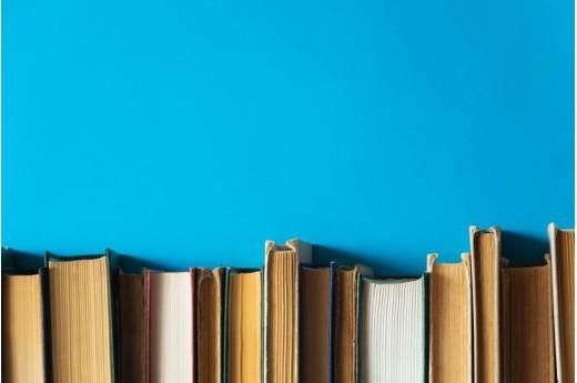 Półki wiszące na książki – inspiracje