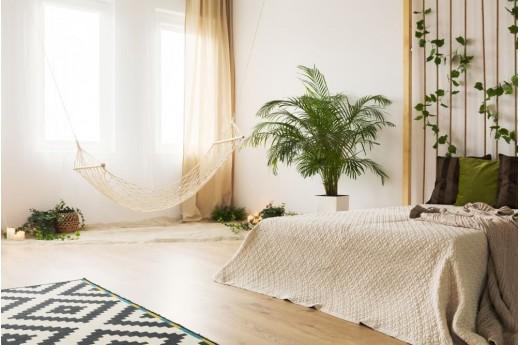 Ściana za łóżkiem w sypialni - jak wykończyć i co na niej powiesić?